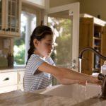 Dziewczynka myjąca ręce